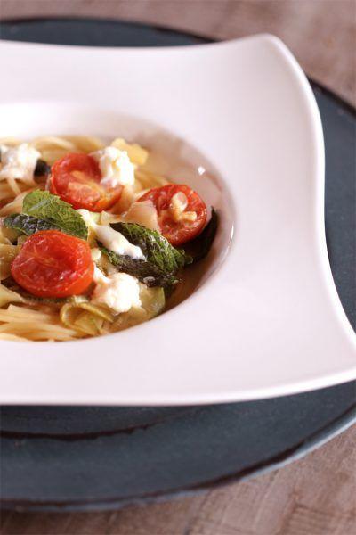 Sommer-Pasta mit Minze und Basilikum