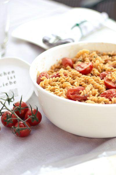 Salat mit Tomaten-Nudeln und karamellisierten Kirschtomaten