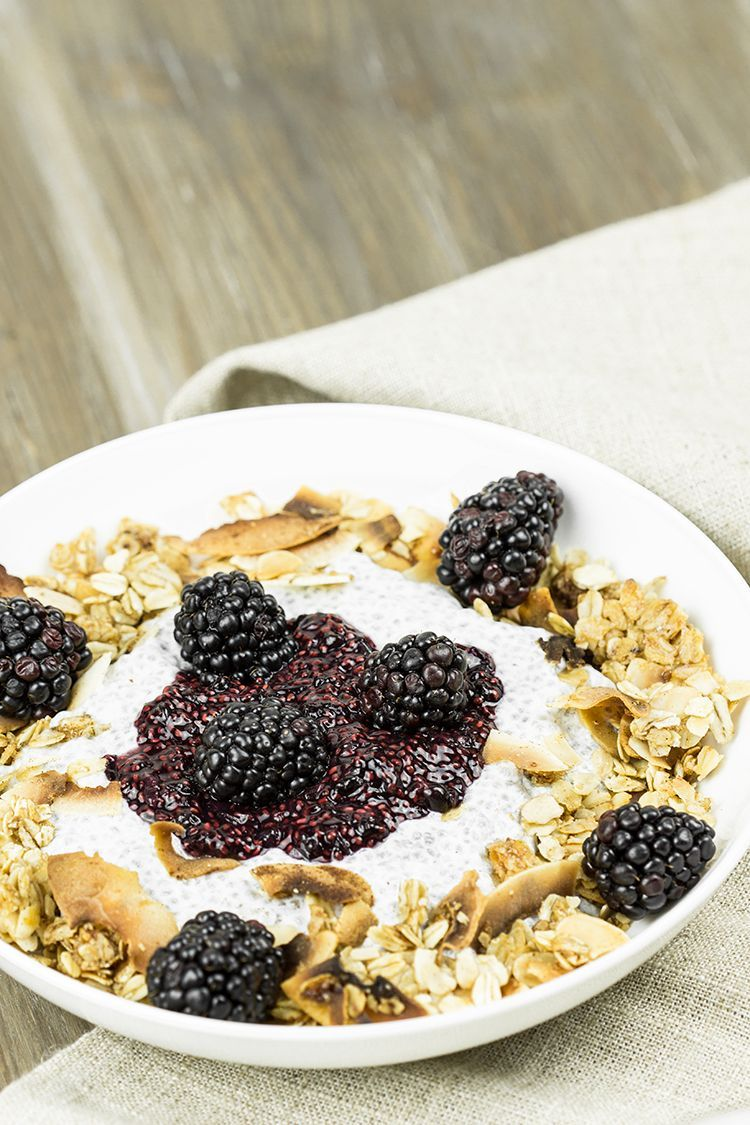 Honey-Crunch-Chia-Pudding-mit-Brombeeren