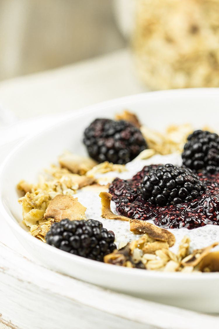 Honey-Crunch-Chia-Pudding-mit-Brombeeren_close