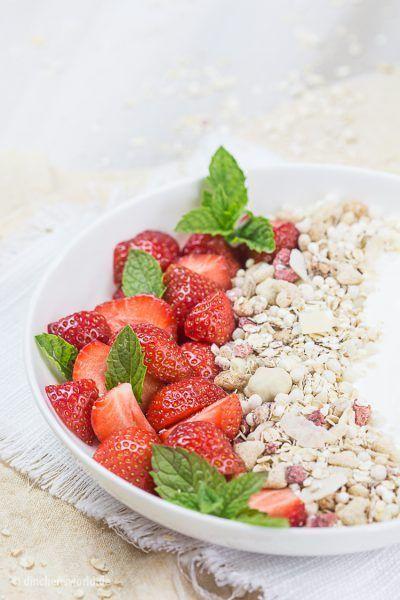 Müsli mit Erdbeeren, Joghurt und frischer Minze – Müsliglück zum Löffeln