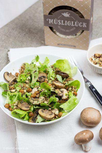 Pflück-Salat mit geröstetem Müsli, Champignons und gegrillten Kichererbsen