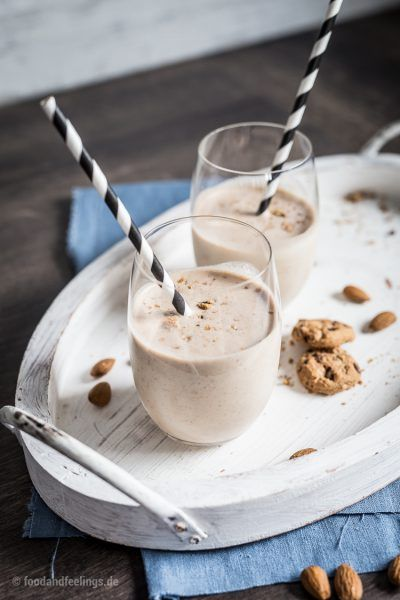 Maca-Smoothie mit Mandelmus und Cookies