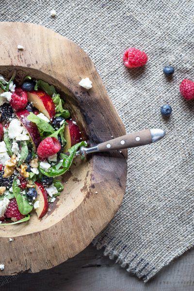 Bunter Pflaumen-Beeren-Salat mit Fetakäse und Chia-Samen