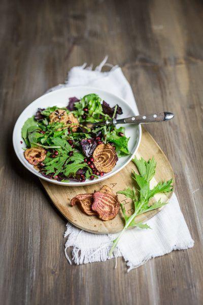 Wildkräuter-Salat mit Gemüsechips und Granatapfelkernen