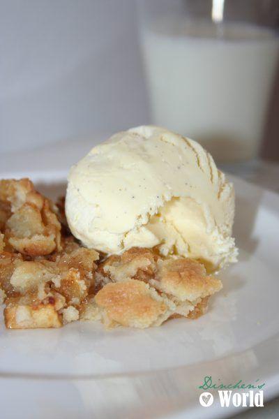 Applecrumble mit Vanilleeis