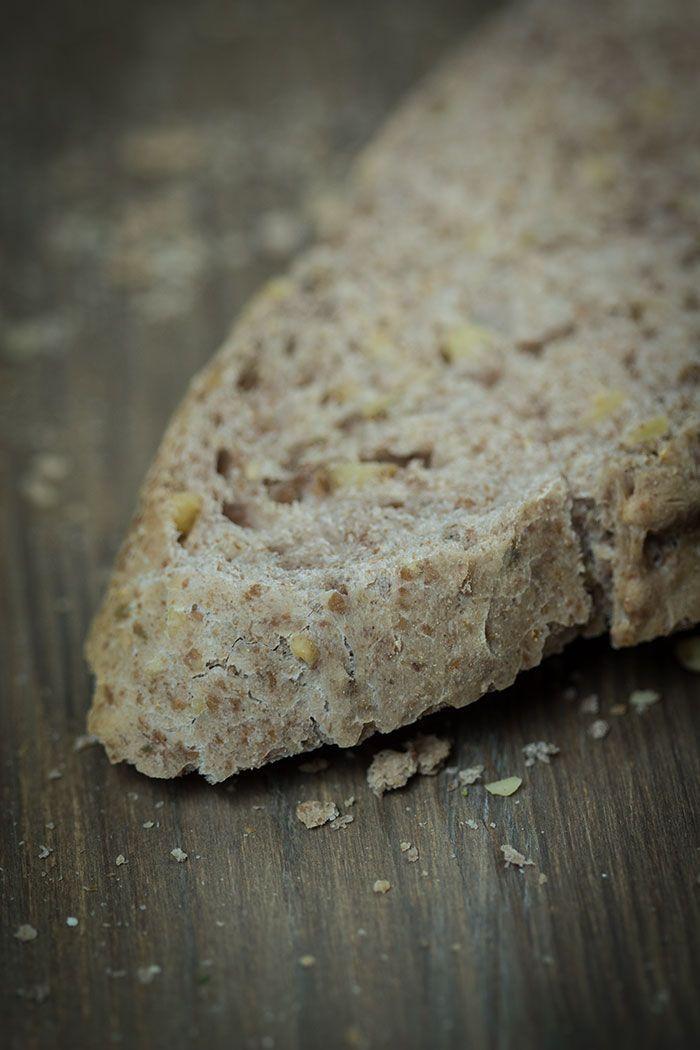 Rezept für Walnuss-Thymian-Brot mit Paprikabutter