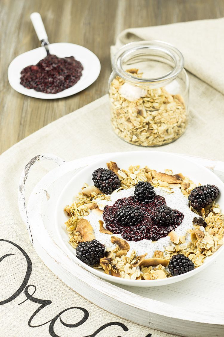 Honey-Crunch-Chia-Pudding-mit-Brombeer-Kompott