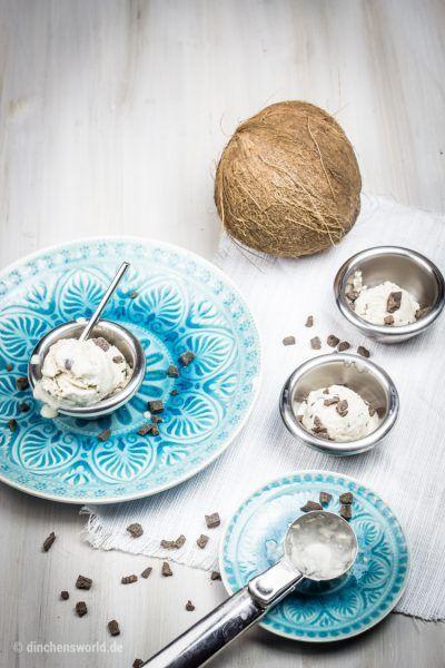 Kokos-Eis mit Schoko-Stücken aus der Eismaschine – vegan
