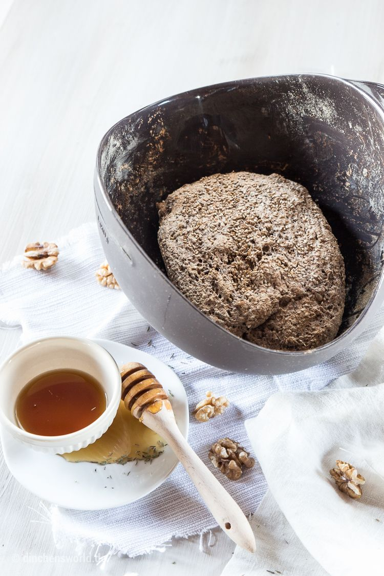 Vollkorn-Chia-Brot mit Honig und Thymian