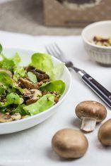 Rezept für Pflück-Salat mit Kichererbsen, Champignons und geröstetem Müsli