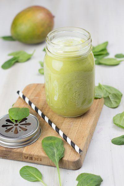 Grüner Smoothie mit Mango und Banane
