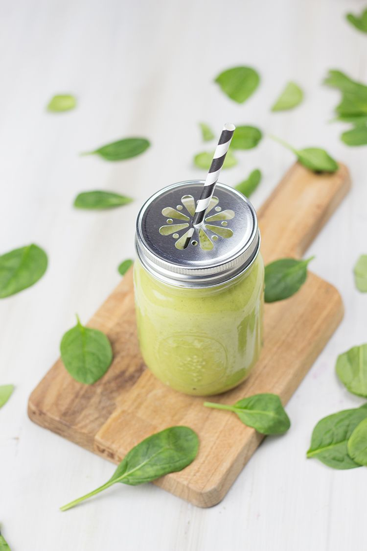 Grüner Smoothie mit Spinat, Mango und Banane