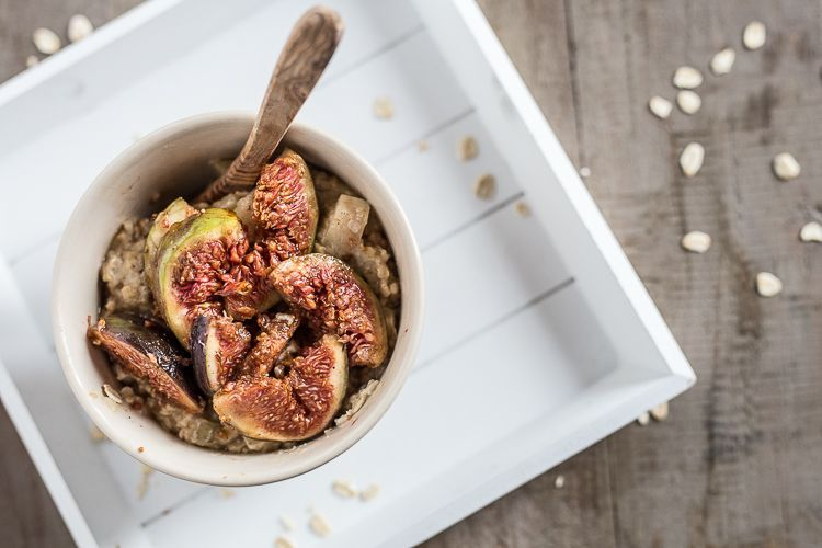 ayurvedisches Frühstück_veganes Porridge mit Datteln und Feigen