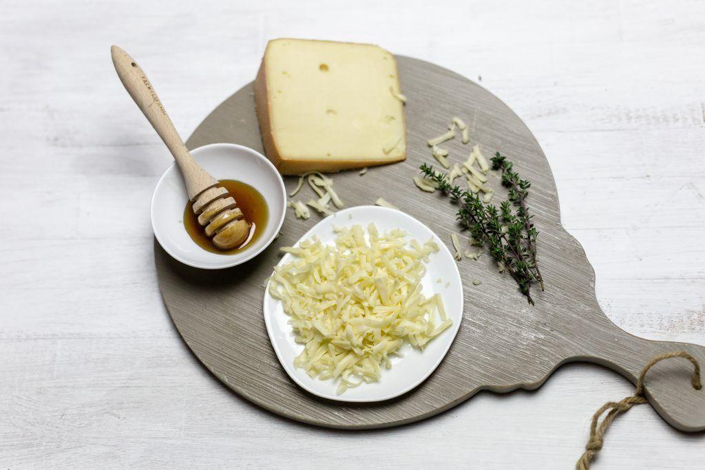 Tarte mit Käse, Birnen, Thymian und Walnüssen